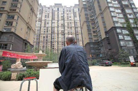 4个儿子有16套房 8旬老人无家可归租房住